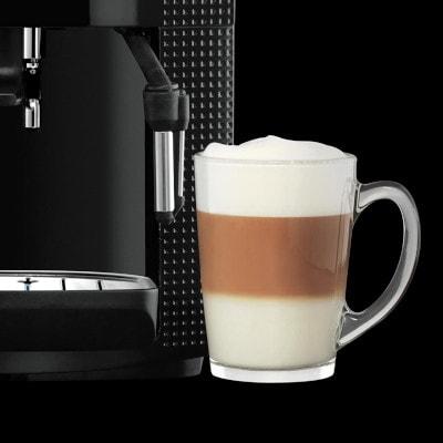 Un cappuccino à coté de la machine à café grains KRUPS