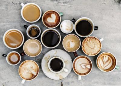 Différents cafés dans des tasses et mug préparé avec une cafetiere à grain