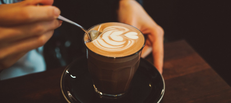 Un cappuccino fait avec une cafetiere à grains