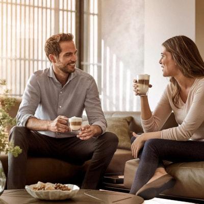 2 personnes buvant cafe avec une expresso broyeur siemens
